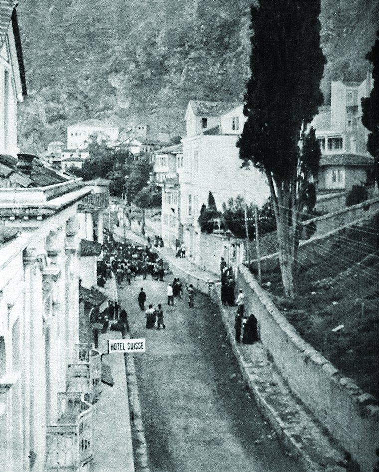 The photo depicts a raid of Turkish police accompanied by searches and robberies in the Armenian quarter of Trebizond. The entire Armenian population would be forced out of the city under escort - men in one group, and women and children in another.